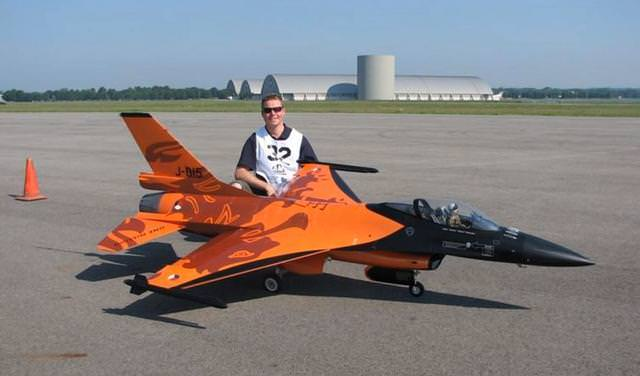 不跪不行啊 国外大神竟然自制带有涡喷引擎的F16战斗机 竟然还能飞