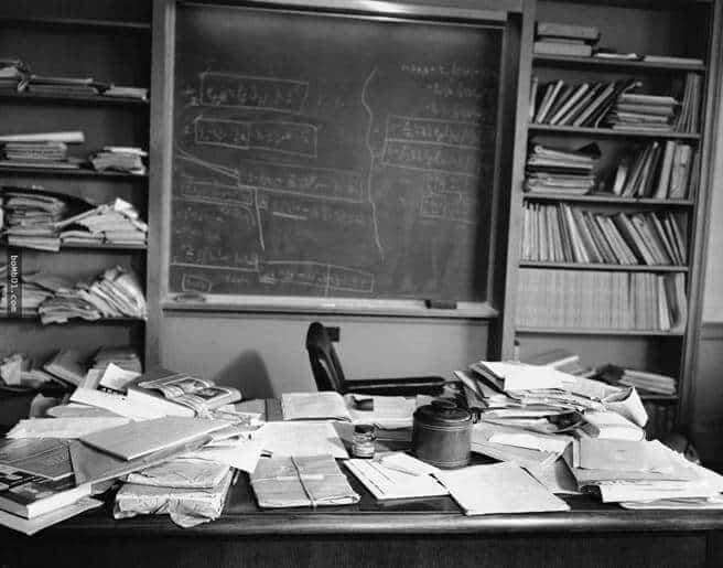 爱因斯坦乱糟糟的书桌